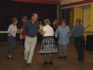 Tanz mit drei Interessierten